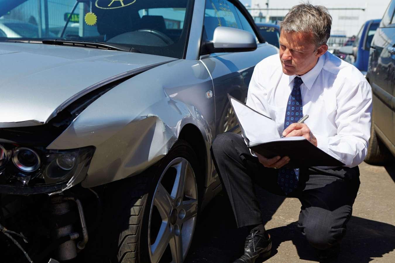 Peut-on vendre une voiture accidentée? Est-ce légal de vendre un véhicule accidenté ? Non à un particulier mais oui à un pro avec ou sans contrôle technique il est possibe de vendre un véhicule HS, endommagé, accidenté, carrosserie HS, choc avant, hors service, en panne, moteur HS, airbags sortis, non roulant auprès d'un garage, professionnel, casse auto, épaviste, casseur, centre VHU. Votre épave est destinée à la casse ou à la destruction si l'expert la declare non roulante VE, RSV, VGE donc gagée. Par contre si le rapport d'expertise certifie que l'automobile peut rouler alors vous pouvez la vendre simplement avec les démarches administratives habituelles comme la carte grise, le certificat d'immatriculation, CT de moins de 6 mois, certificat de cessions et certificat de non gage. Estimer la cote de votre automobile simplement chez Delivauto pour avoir un prix de rachat rapide. la reprise de votre voiture d'occasion accidentée n'a jamais étét aussi simple chez nous. Delivauto vendez votre voiture accidentée peu importe son état sur Paris, Nice, Lyon ,Marseille, Bordeaux, Lille, Nantes, Montpellier ou Toulouse délivrez-vous !