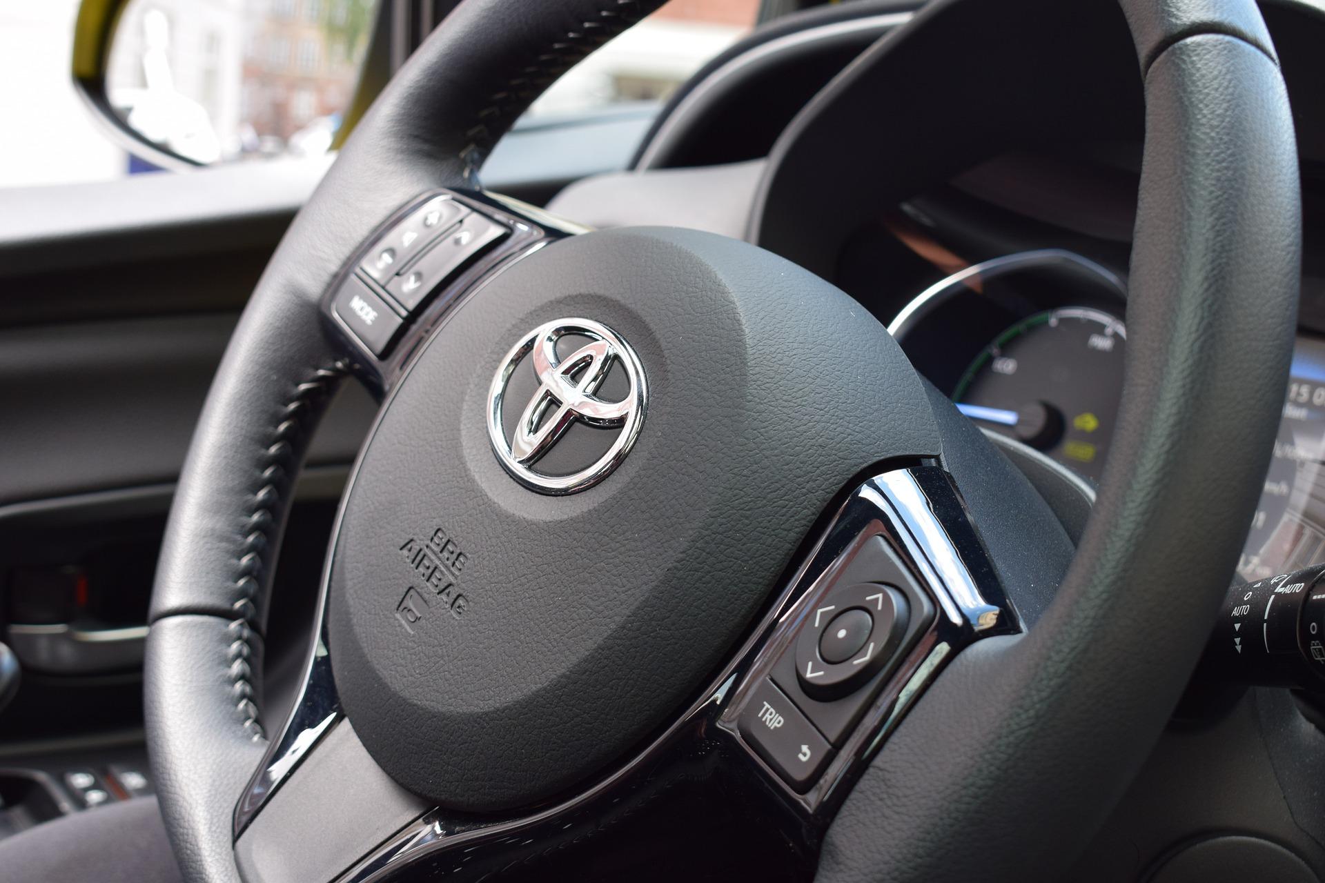 Rachat de votre Toyota Yaris d'occasion que ce soit une diesel D4D, un essence VVT-i, ou hybride . Delivauto a fait de la Reprise Toyota une specialité, la citadine made in France est un veritable succès et se revend très bien sur le marché de l'occasion peu importe son état avec ou sans CT, en panne, moteur HS, accidentée, pour pièces ou export ! Le rachat Toyota hybride s'effectue egalement auprès d'autres professionnels comme garage casse ou épaviste mais Delivauto a des offres de reprise compétitives et des prix de rachat à la hauteur des automobilistes français . D'autres modèles Toyota peuvent faire l'objet de rachat de la part de notre entreprise comme le Rav-4 le C-HR, la Toyota Corolla Verso, l'Avensis ou encore le Toyota Hilux