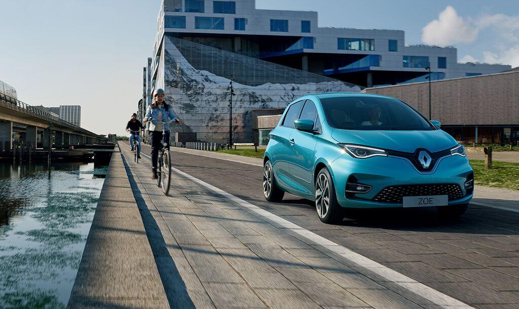 """Malus auto 2021 et 2022 : taxe CO2 en hausse et bonus électrique en baisse. Vous n'allez pas en croire vos yeux !!! le projet de loi de finances 2021, bien concocté par nos dirigeants qui ne sont pas frappés du sceau du bon sens, le ridicule ne tue pas; précise les contours du futur malus automobile pour les deux prochaines années. Dès le 1er janvier 2021, le seuil de déclenchement du malus, établi à 138 g/km depuis l'entrée en vigueur du cycle d'homologation WLTP, baisserait à 131 g.Le futur acheteur d'un petit SUV Volkswagen T-Roc 1.5 TSI de 150 ch pourrait se voir infliger une surtaxe de 2 049 €, soit presque deux fois plus qu'il ne l'est actuellement. Un autre SUV de ville de la marque Renault Captur TCe 130 EDC ne passera pas les mailles du filet, lui, avec un malus allant jusqu'à 400 € alors qu'aujourd'hui le tarif est de 230 €. Egalement pour une citadine de la marque au Lion, une Peugeot 208 PureTech 100 boîte automatique, jusqu'ici sous les radars, passerait du côté des """"méchants"""", des """"pollueurs"""". Les familles n'ont qu'à bien se tenir parce que le Peugeot 5008 qui, dans sa version 1.2 PureTech 130 EAT8, va écoper de 1 074 € de taxe. On appel cela un tour de vis ! Le gouvernement droit dans ses bottes entend faire passer la pillule et grimper le malus jusqu'à 40 000 € pour des émissions supérieures à 225 g/km ! C'est dire qu'un acheteur d'une voiture plaisir, une Porsche 911 devrait payer une """"simple"""" Carrera PDK presque 50 % de plus que son prix de vente. ça decoiffe ! Aattendez c'est pas fini, une petite Polo GTI pourrait voir son malus grimper jusqu'à 3 784 €, soit presque 10 % de son prix. On marche sur la tête ! Le seuil de déclenchement passerait ouvrez bien vos oreilles à 123 g/km avec déjà plus de 540 € de taxe autour de 140 g/km. le malus grimpe en altitude et atteindrait 50 000 € pour les voitures émettant plus de 225 g/km ! Bonjour les futurs acquereurs de la Ford Mustang ! Quid de la baisse du bonus pour les voitures électriques et hybrides rech"""