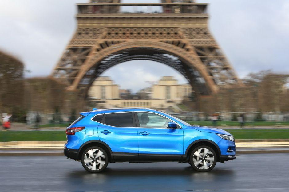 Les SUV en France ont la côte malgré tout ce qu'on peut dire ! C'est un véritable succès ! Il n'y a qu'à relire la success-story du Nissan Qasqhai qui est venu sur le marché en 2007 comme un précurseur en la matière et qui depuis jalonne les routes de France avec toujours un regard sur sa silhouette encore plus imposante et surelevée . Aujourd'hui les constructeurs Nissan Peugeot Renault BMW Toyota Audi Citroën jouent-ils le jeu face aux sanctions qui pèsent sur eux ? En tout cas ils jouent la double carte avec des modèles toujours plus innovants, économiques moins polluants életriques, hybrides, hybrides rechargeables mais sont-ils pour autant dans les régles et les normes que vont imposer les gouvernements dans les années à venir à savoir le projet de loin de finances 2021, le bonus malus, la taxe sur le poids du véhicule . Les écolos avec un discours moralisateur sont-ils dans la réalité ? le principe de pollueur-payeur s'applique t-il ? En France aujourdhui avec le phénommène des gilets jaunes en 2019 la crise du coronavirus en 2020 vont rabattre les cartes du modèle de transport en France qui est l'unique enjeu pour des villes saturées comme Paris qui est loin d'être un exemple dans le monde !