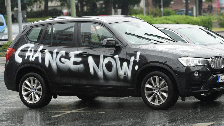 Pollution des SUV : Faut-il installer un malus? l'idée serait d'installer un bonus/malus orienté directement sur le poids du véhicule. La part de SUV dans les achats de véhicules neufs en France est passée de 5 % à 38 % entre 2008 et 2019. Incompatible avec les enjeux climatiques ! Plus lourds, et donc bien plus polluants ces véhicules urbains representent une menace pour les écologistes. Ce sont des véhicules dangereux au regard des émissions de CO2. Ces derniers émettent tout de même en moyenne plus de CO2 que le parc automobile français, avec 118 g/km contre 112 g/km, comme le montrent les données de l'Agence de la transition écologique (Ademe) et du CCFA pour l'année 2019. Malgré tout les SUV continuent à grignoter des parts de marché en France, battant un record en septembre dernier. La popularité ne se dément pas. ils ont toujours la côte et reste un produit dans l'air du temps ne déplaisent aux écolos ! Castastrophe climatique ? À titre de comparaison, à Paris, 41,8 % des voitures neuves vendues étaient des SUV en 2019, soit 23 903 SUV sur 57 129 voitures. Fléau pour le réchauffement climatique ? Source majeure de pollution, contribution à l'effet de serre ? Il ne faut pas jeter le bébé avec l'eau du bain ! le suv le plus vendu en France est le Peugeot 3008 1.6 hdi 1400kg !