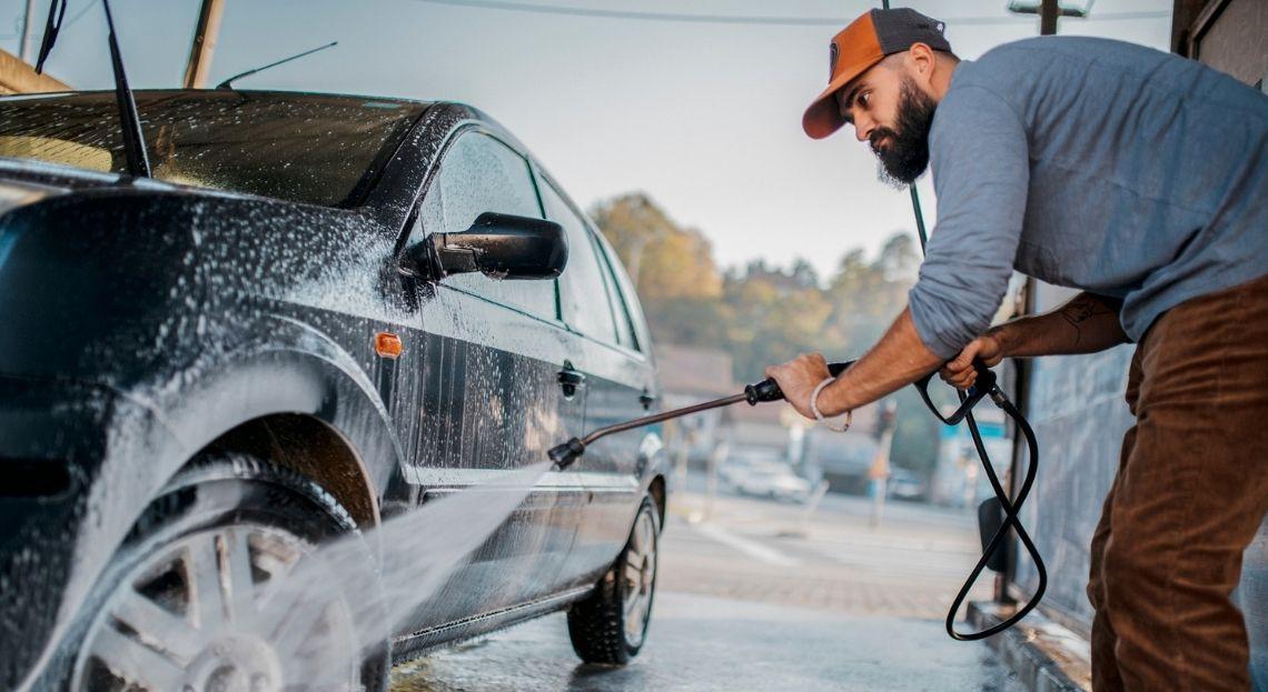 Je risque quoi si je lave ma voiture en bas de chez moi durant le confienment ? le lavage de voiture est-il autorisé et sous quelles conditions ? Peut-on laver son véhicule dans une station-service ? Est-il interdit de laver sa voiture en bas de chez soi dans la voie publique ?